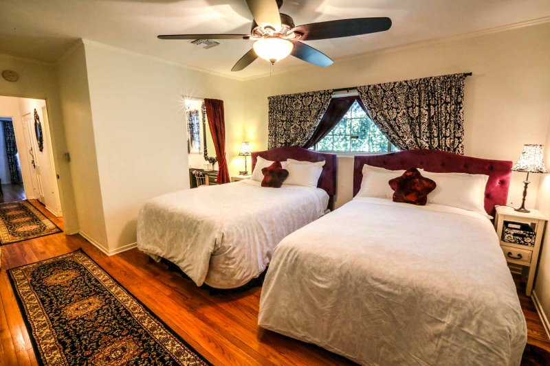 Comfy Chambre avec un lit queen et lits jumeaux (deux nouveaux lits oreiller haut)
