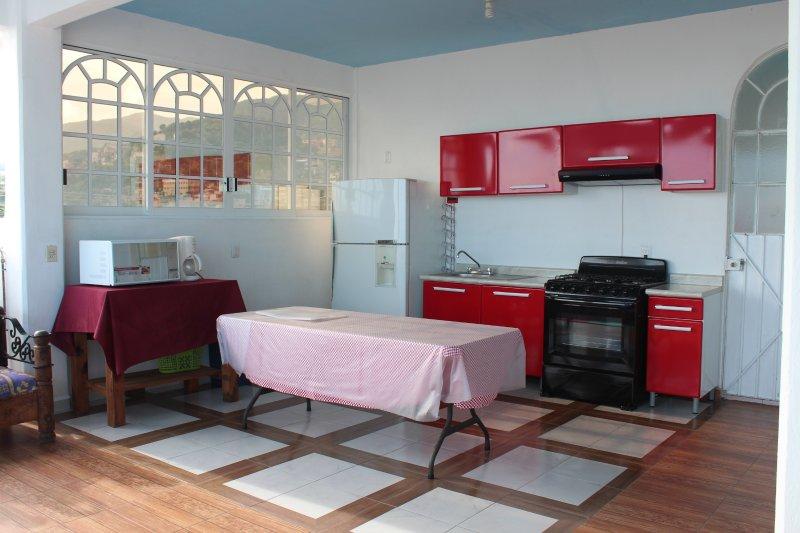 Cocina completa con Refrigerador gde,estufa,microondas y cafetera y utensilios de cocina