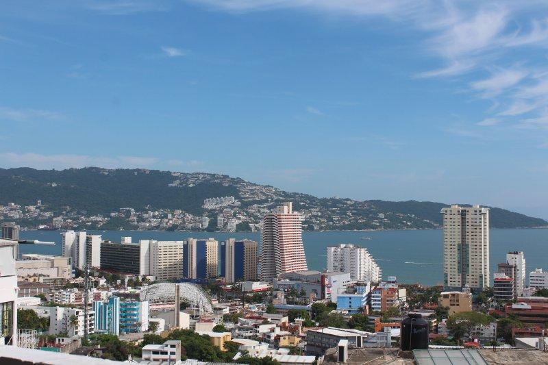 Zona Hotelera del Acapulco Dorado a tus piés a solo 10 minutos de tu alojamiento.