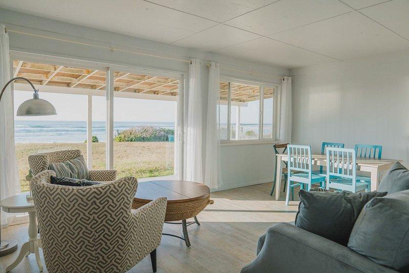 Traiga la brisa costera y el aire salado del mar abriendo la puerta corredera y las ventanas, y experimente el Océano Pacífico sin abandonar la comodidad del sofá.