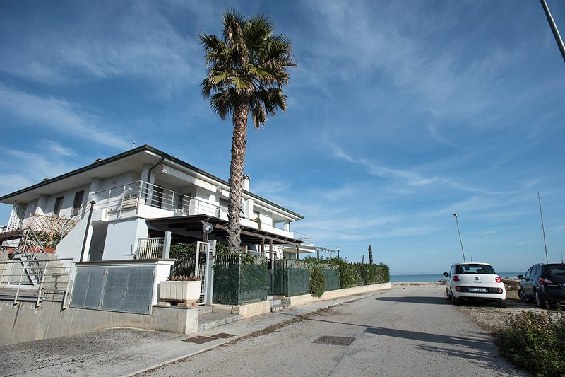 Strandnära lägenhet med egen ingång och trädgård