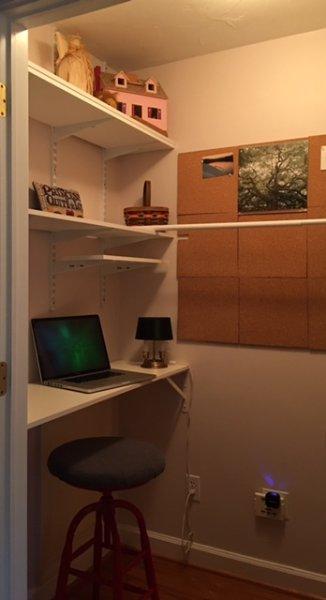 Platz für Laptop-Computer mit einer Schublade voller ergänzenden Bürobedarfs.
