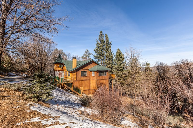 Privacy and serenity in beautiful upper Moonridge!