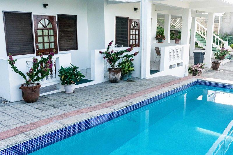 entrada junto a la piscina del apartamento