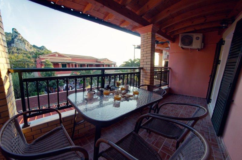 2 Bedroom Apartment just a breath away from the beach, location de vacances à Ano Garouna