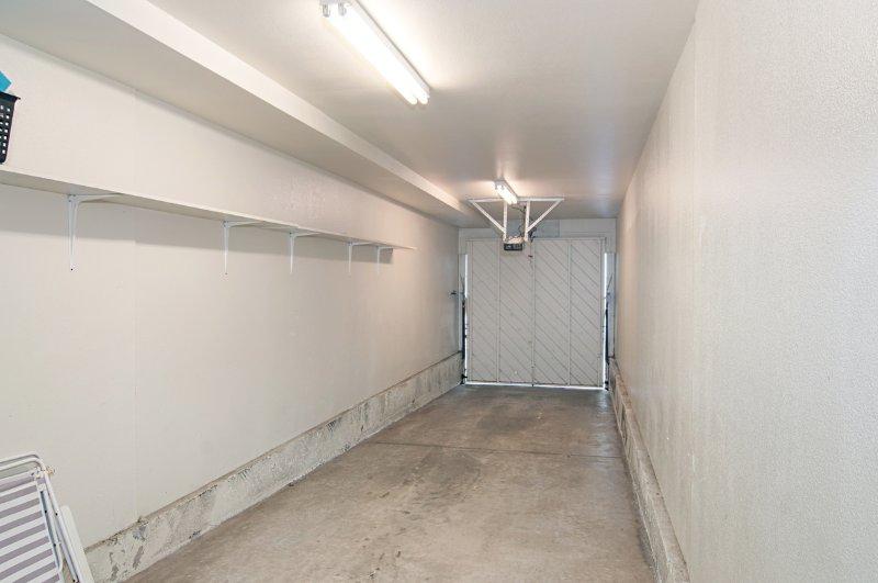 Garage (passt mittleren SUV oder zwei kleine Autos)