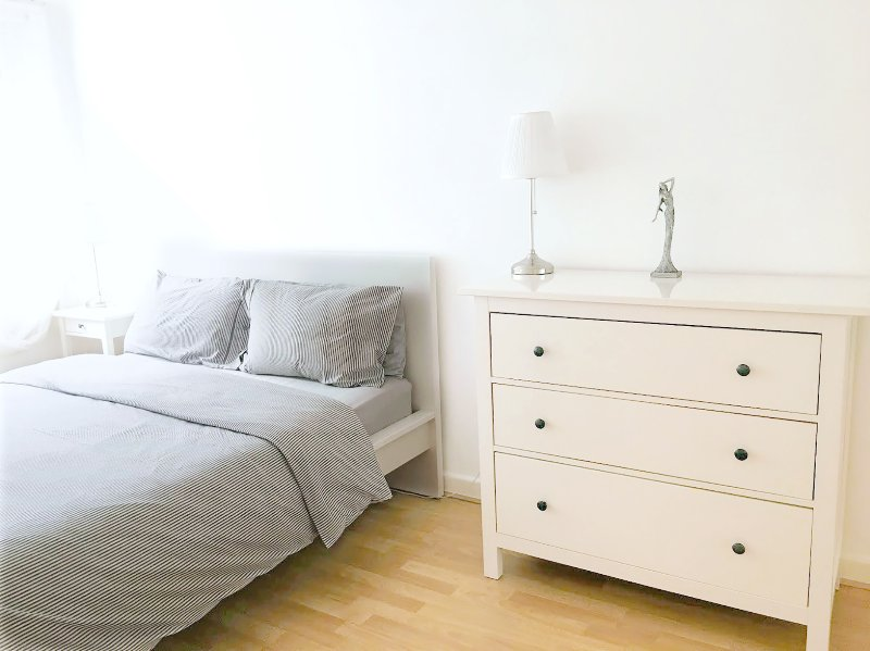 Quarto 1: cama king-size, gavetas, roupeiro duplo, estores black out