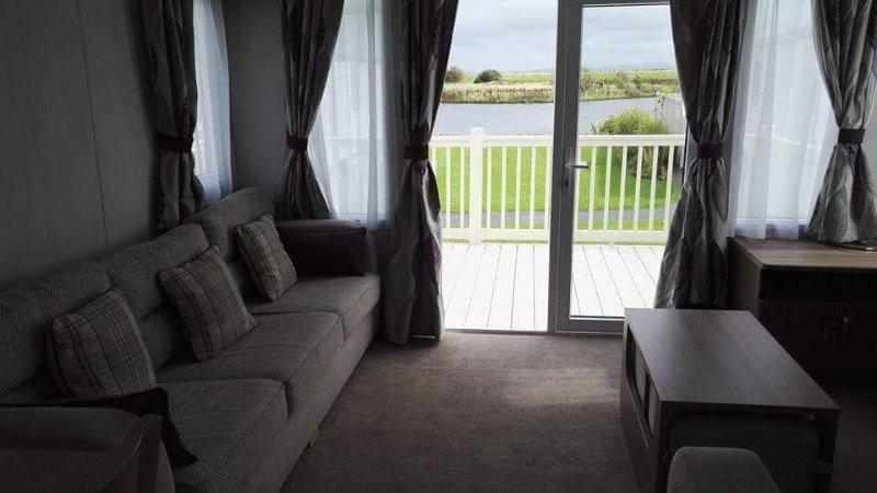Luxury lakeside 3 bedrooms luxury overlooking the lake