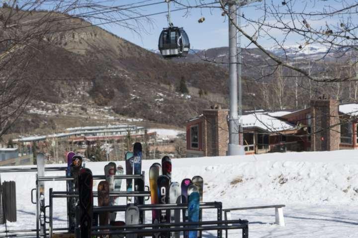 El almacenamiento de esquís y botas en el Crestwood se encuentra a la derecha en la pendiente. Incline Ski Shop almacenará las botas calentadores por lo que son cálidos cuando