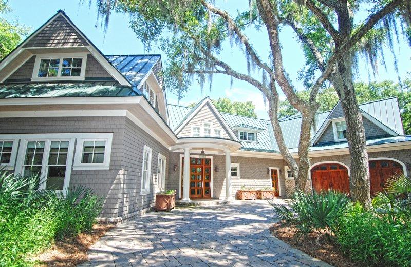 Questa casa di lusso è stata descritta sulla copertina di Charleston Home Magazine.