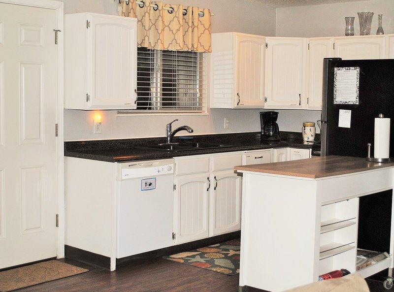 Cucina è completamente attrezzata con elettrodomestici in acciaio.