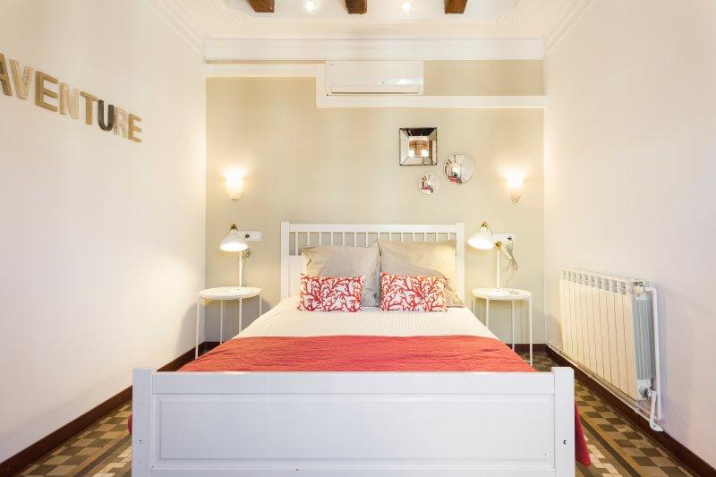 dormitorio principal con una cama doble