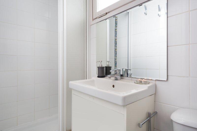 Cuarto de baño con ducha, inodoro, lavabo