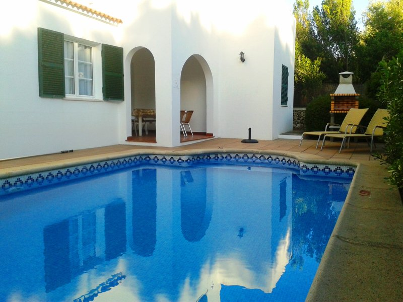 Chalet unifamiliar con piscina privada y aire acondic. a sólo 100 m de la playa, holiday rental in Cala Blanca