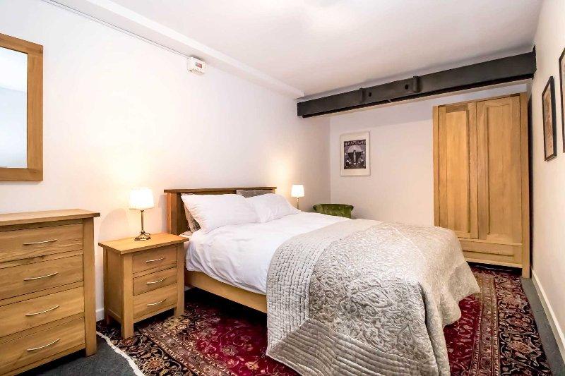 El piso tiene una habitación grande con viga de acero función (parte del trabajo original del molino!)