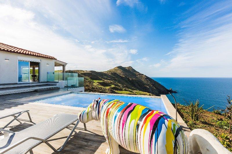 La villa est une retraite moderne avec des vues spectaculaires sur le paysage environnant!