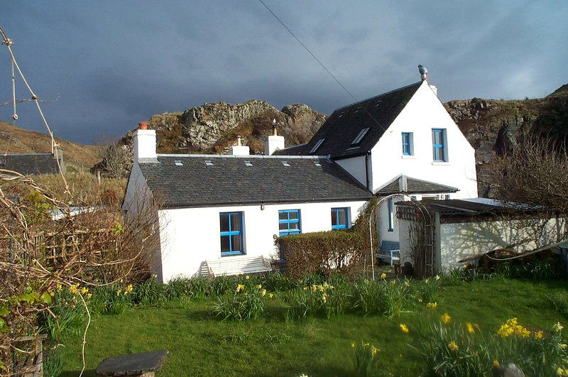 CREAGARD COTTAGE CULLIPOOL CONSERVATION VILLAGE ISLE OF LUING FIRTH OF LORNE, holiday rental in Kilmelford