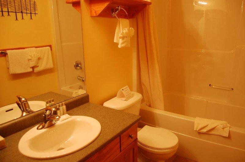 Prepare-se para o dia no banheiro moderno e luminoso.