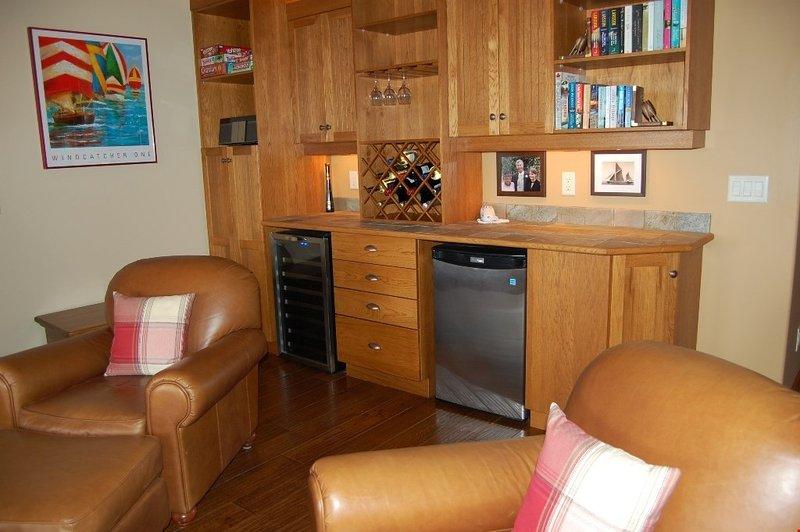 Tomar asiento en la sala de estar cómoda y caliente delante de la chimenea.