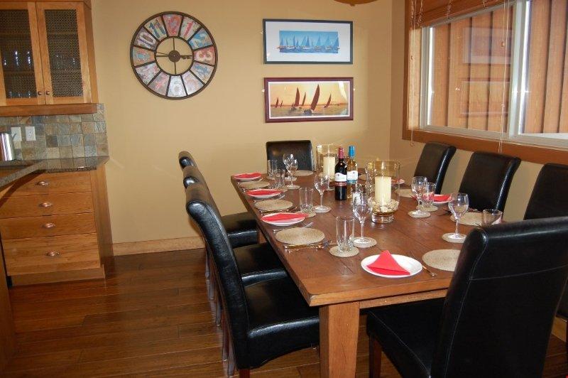 Disfrutar de las comidas juntos en la mesa de comedor grande.