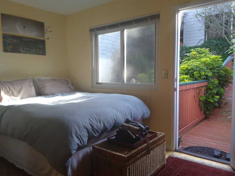 Convenient, light-filled apartment with view, vacation rental in Brisbane