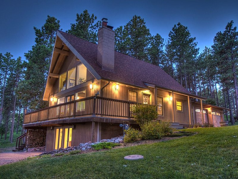 Upscale Home Overlooking Bear Country USA, Near Rushmore, Keystone, Black Hills, holiday rental in Rockerville