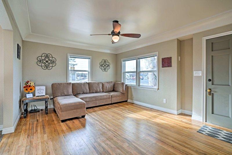 pisos de madera elegantes cubren el espacio de la sala de estar.