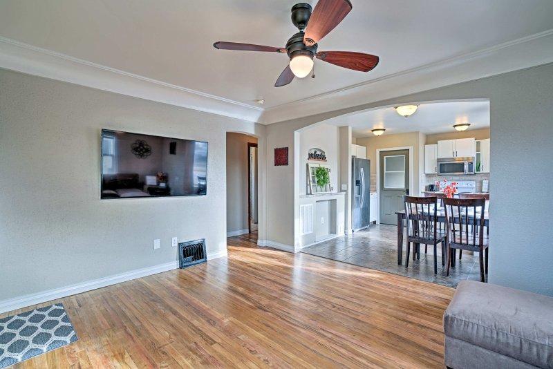 La sala de estar alberga una sección de pantalla plana y felpa Smart TV.