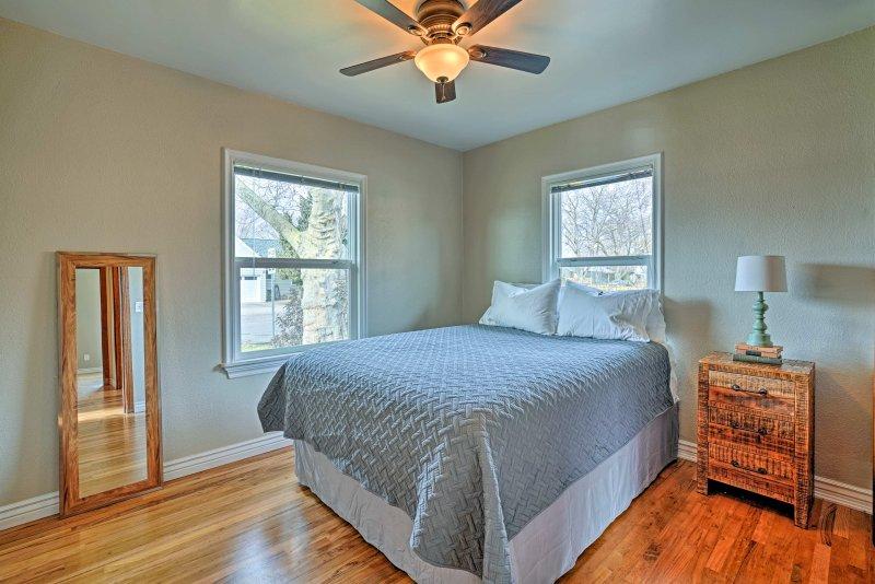 El segundo dormitorio incluye una cama de matrimonio.