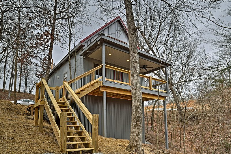 Cozy East Bernstadt Cabin w/Porch, Fire Pit & Pond, holiday rental in Fall Rock