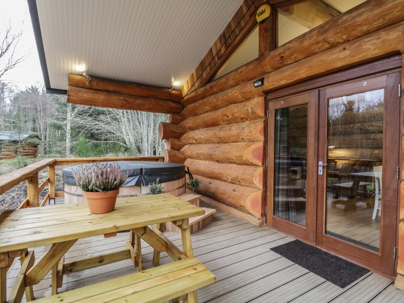 MOORHEN LODGE, open-plan living, veranda with hot tub, near Inverness, holiday rental in Tore