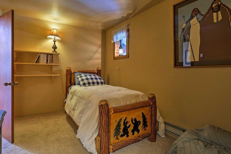 La deuxième chambre a un lit double de taille.
