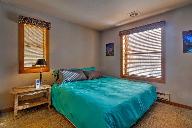 Deux clients dormiront dans ce lit king.