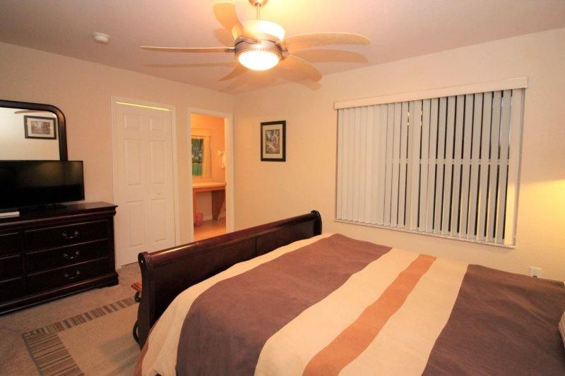 dormitorio de matrimonio con televisión de pantalla plana