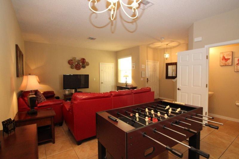 sala de estar con mesa de futbolín
