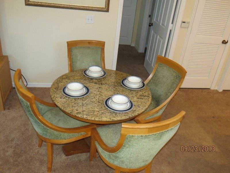 Table à manger pour 4 et 2 autres à la cuisine bar