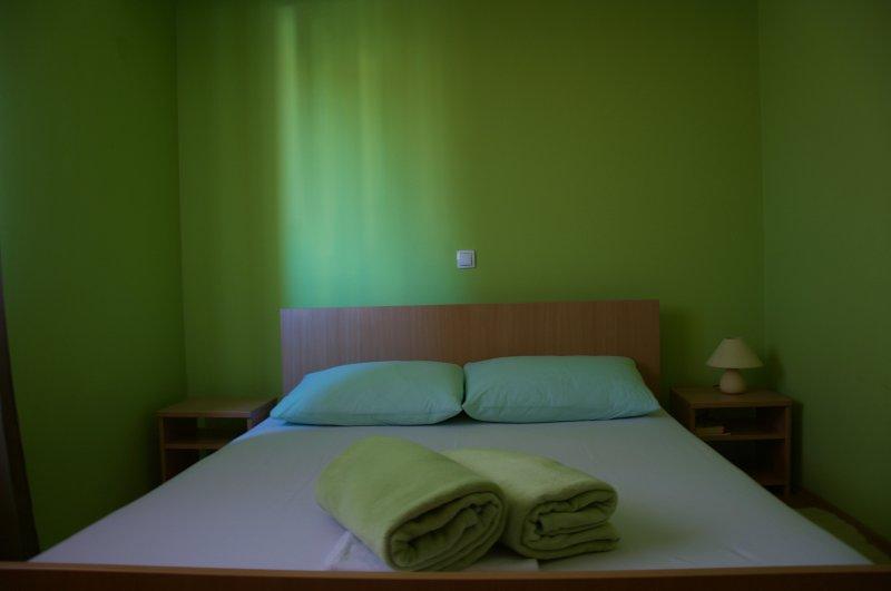 Apartman Viveniti yellow, holiday rental in Klenovica