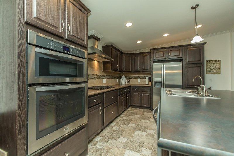 toda nueva cocina con electrodomésticos de acero inoxidable