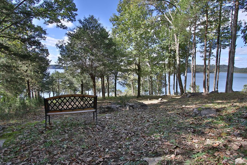 Wonderful Lakefront 5 bed/5 bath with stunning views in a private setting!, holiday rental in Silver Point