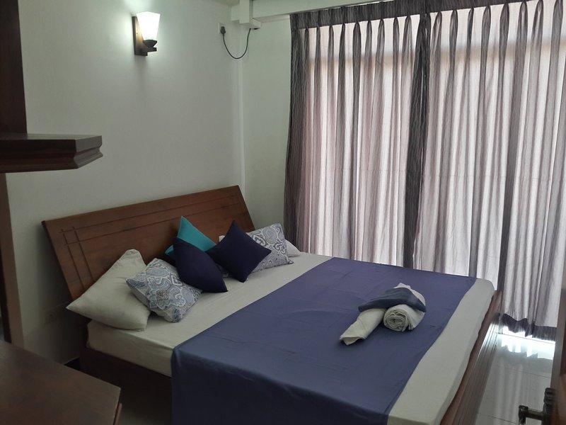 Master sovrum med tillhörande toalett och väggskåp