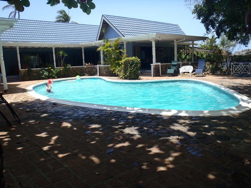 Seven Palms Villa - Large open design, fresh water swimming pool, close to beach, vakantiewoning in Runaway Bay