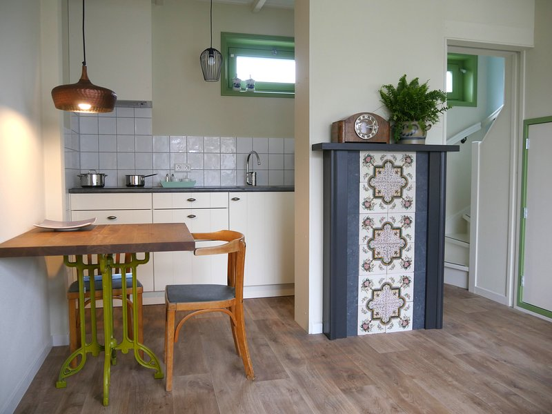 Catharina's stee vakantieappartement in dorpscentrum nabij de Noordzee, aluguéis de temporada em Warmenhuizen