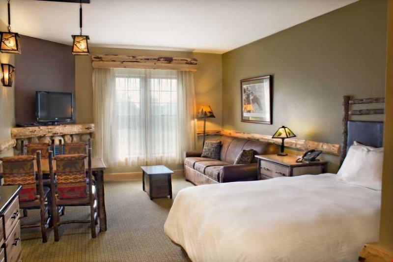 Relájese en la lujosa cama y encienda el fuego para relajarse después de un largo día