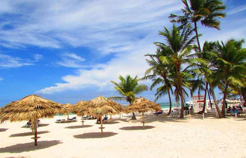 Los Corales Beach equipado con sillas y sombrillas