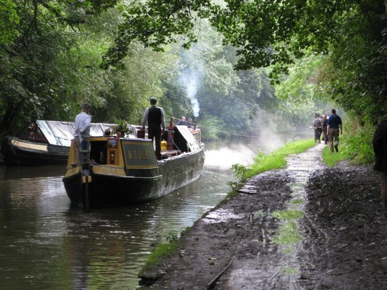 Canals galore offer easy access to city centre, Salford Quays and Cheshire by boat, foot and bike