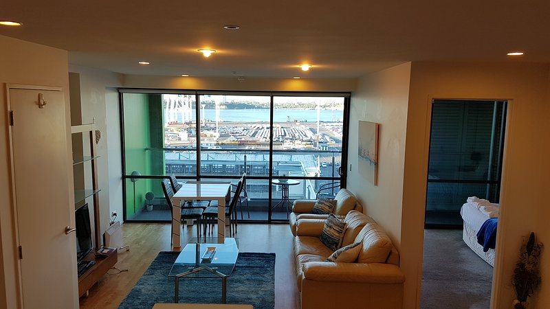✨Central Harbor✨2BR Apartment with Spectacular Waterfront View, Queen Beds, Free, vacation rental in St Heliers