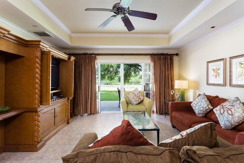 Passo all'interno dello spazio di vita con alloggi per 8 e un patio arredato.