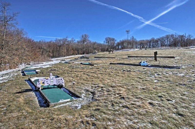 Los niños pueden practicar en el campo de minigolf mientras los padres se relajan en el jacuzzi.