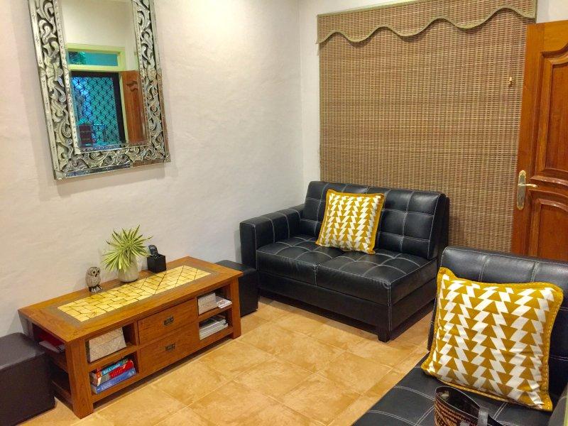 salon confortable avec 2 x 2 places canapés, TV, vidéo, chaînes de télévision par câble, ventilateur de plafond et air conditionné.