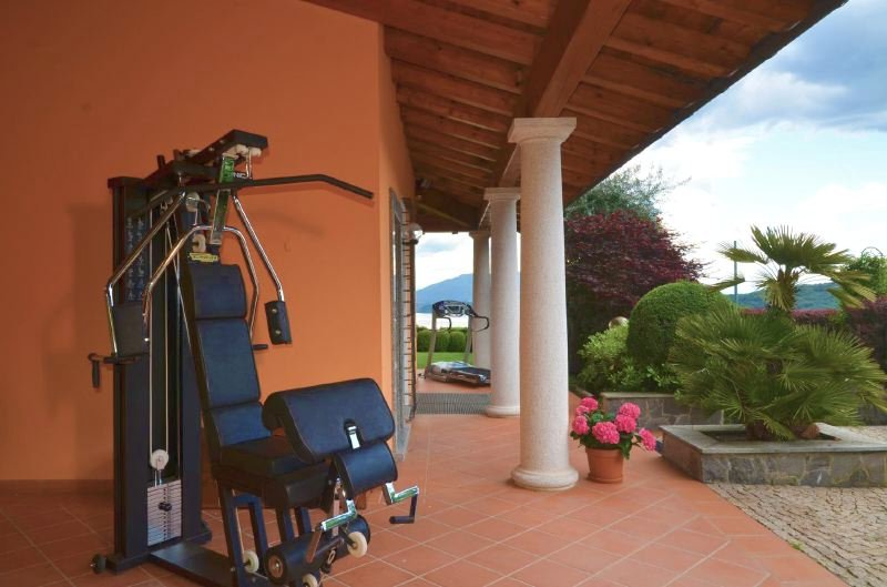 Piantini Villa Sleeps 8 with Pool Air Con and WiFi - 5218420, Ferienwohnung in Meina